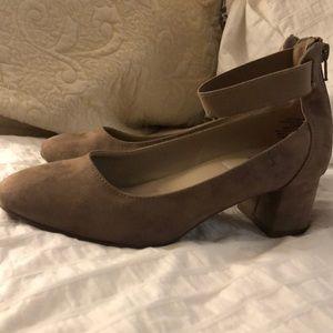 White Mountain size 7.5 tan chunky heels